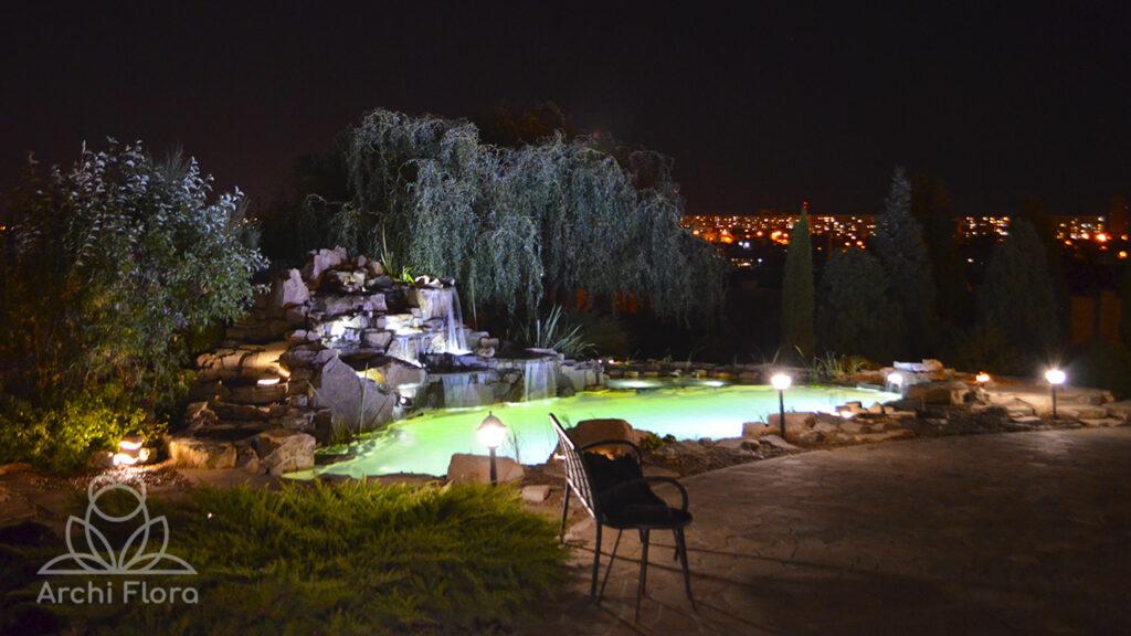 Вид на пруд ночью с беседки