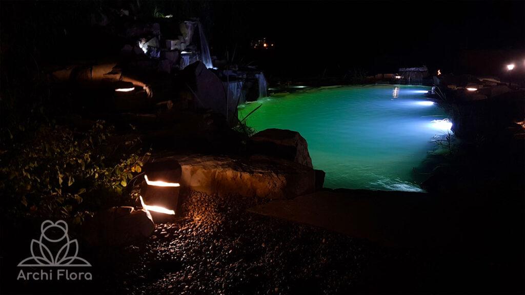 Вид пруда с биоплато в ночное время