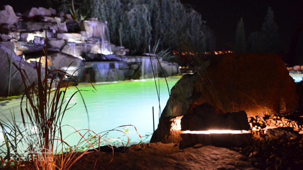 Камень светильник возле пруда
