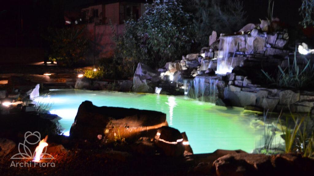 Ночной вид на биопруд с водопадом